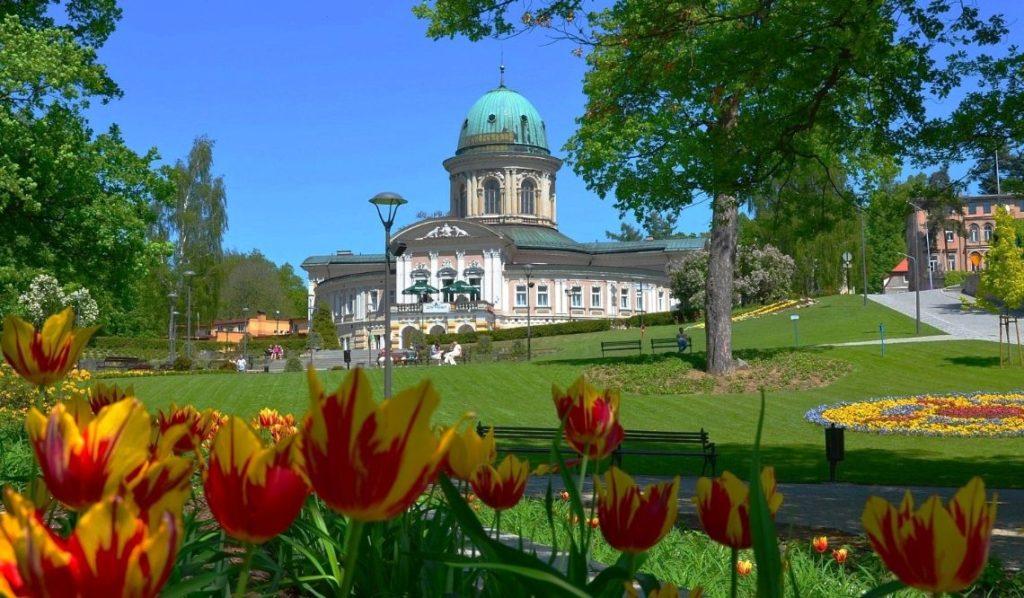 Lecznictwo uzdrowiskowe jest jednym z priorytetowych produktów markowych na Dolnym Śląsku. Na mapie polskich regionów uzdrowiskowych szczególne znana jest Kotlina Kłodzka, gdzie znajduje się największe skupisko polskich uzdrowisk. Wśród nich szczególne miejsce zajmuje kurort Lądek-Zdrój bogaty w unikatowe surowce naturalne oraz wyjątkowy klimat.