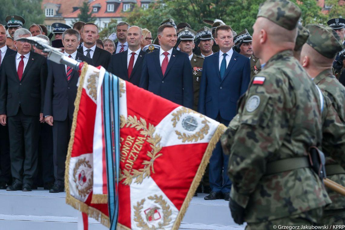 Wojsko Polskie, w tle Prezydent Andrzej Duda i minister obrony narodowej Mariusz Błaszczak
