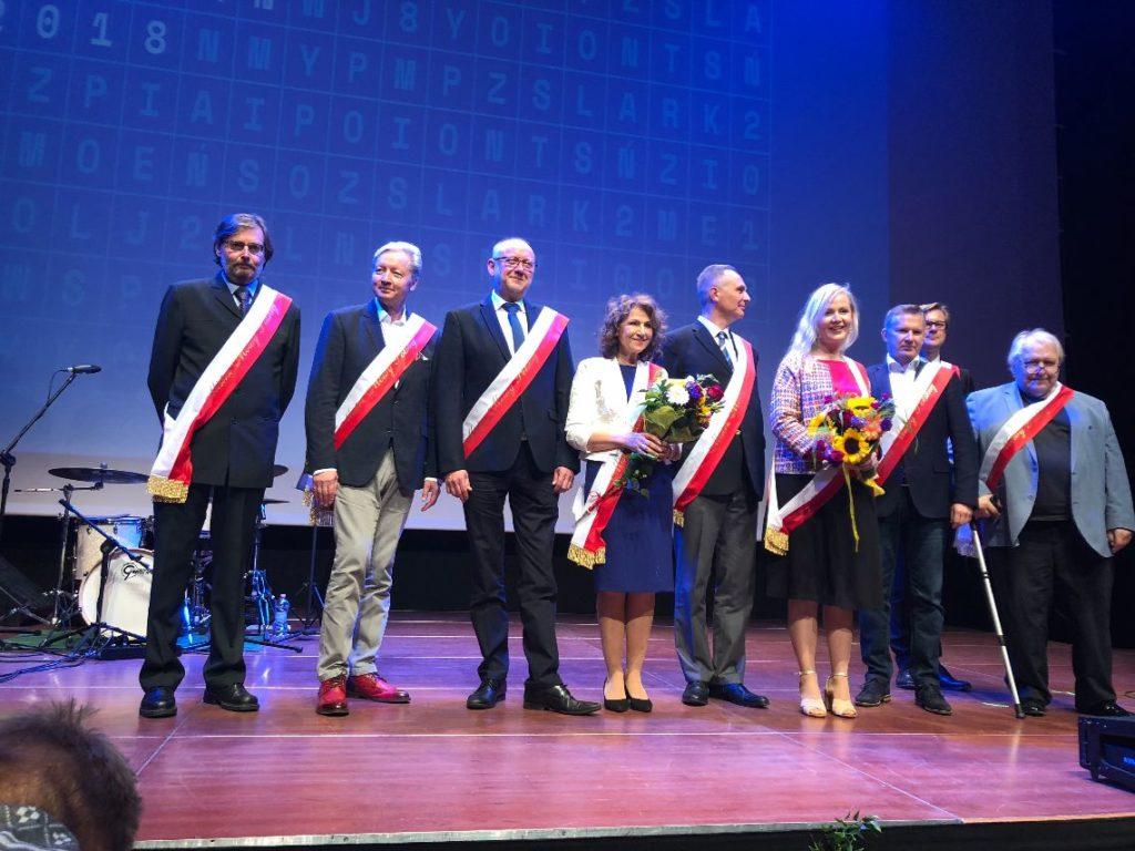 Po raz drugi w Poznaniu odbyła się gala finałowa Mistrza Mowy Polskiej, programu społecznego, który od 18 lat wyróżnia i nagradza mądrze i pięknie mówiących Polaków. Poprzednio uroczystość gościła na scenie w Teatrze Nowym, tym razem 24 września galowy wieczór odbywał się w Centrum Kultury Zamek.
