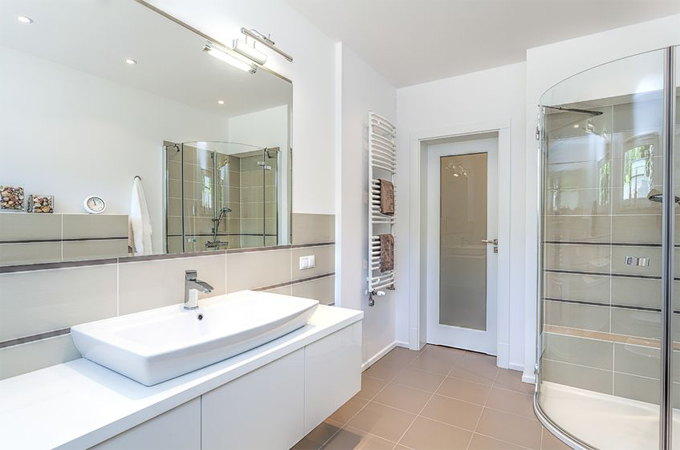 Jak dobrać drzwi do łazienki