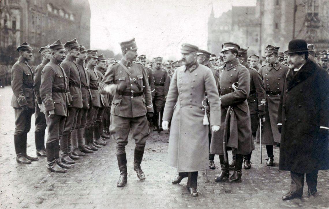 Józef Piłsudski podczas wizyty w Poznaniu 27 października 1919 roku. Z lewej: gen. Józef Dowbor-Muśnicki, z prawej mjr Bolesław Wieniawa-Długoszowski, Władysław Seyda  Fot. Centralne Archiwum Wojskowe