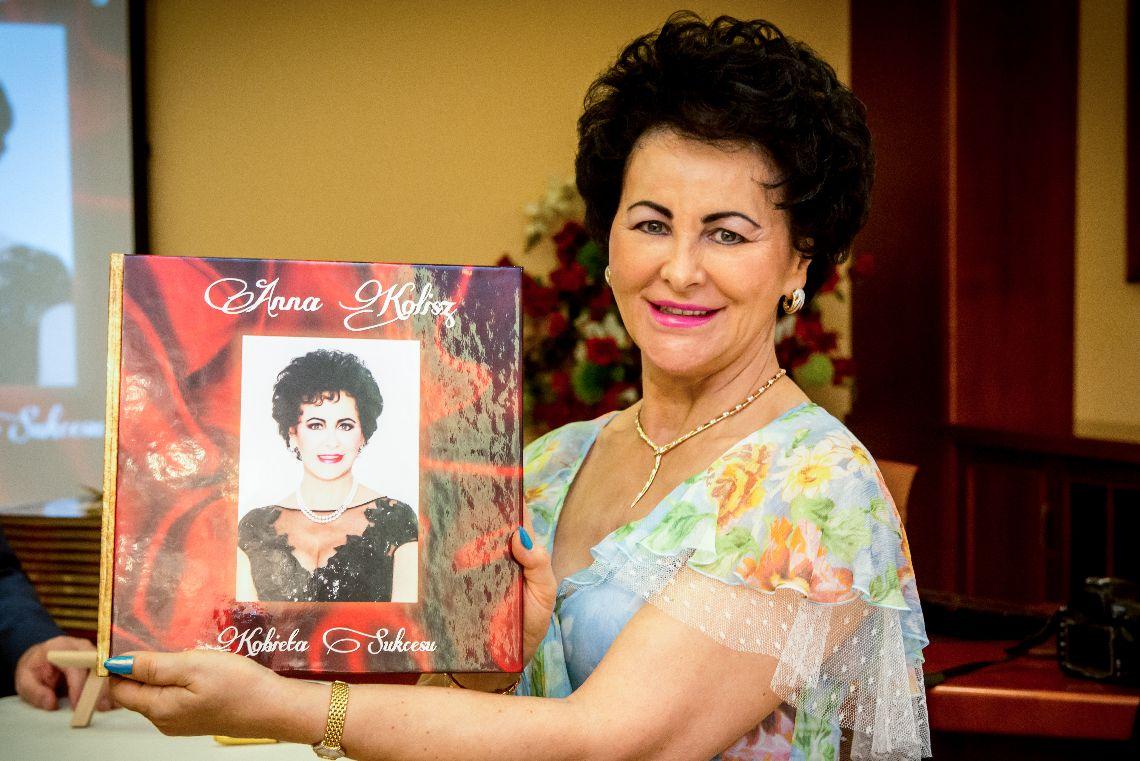 Anna Kolisz ze swoją książką