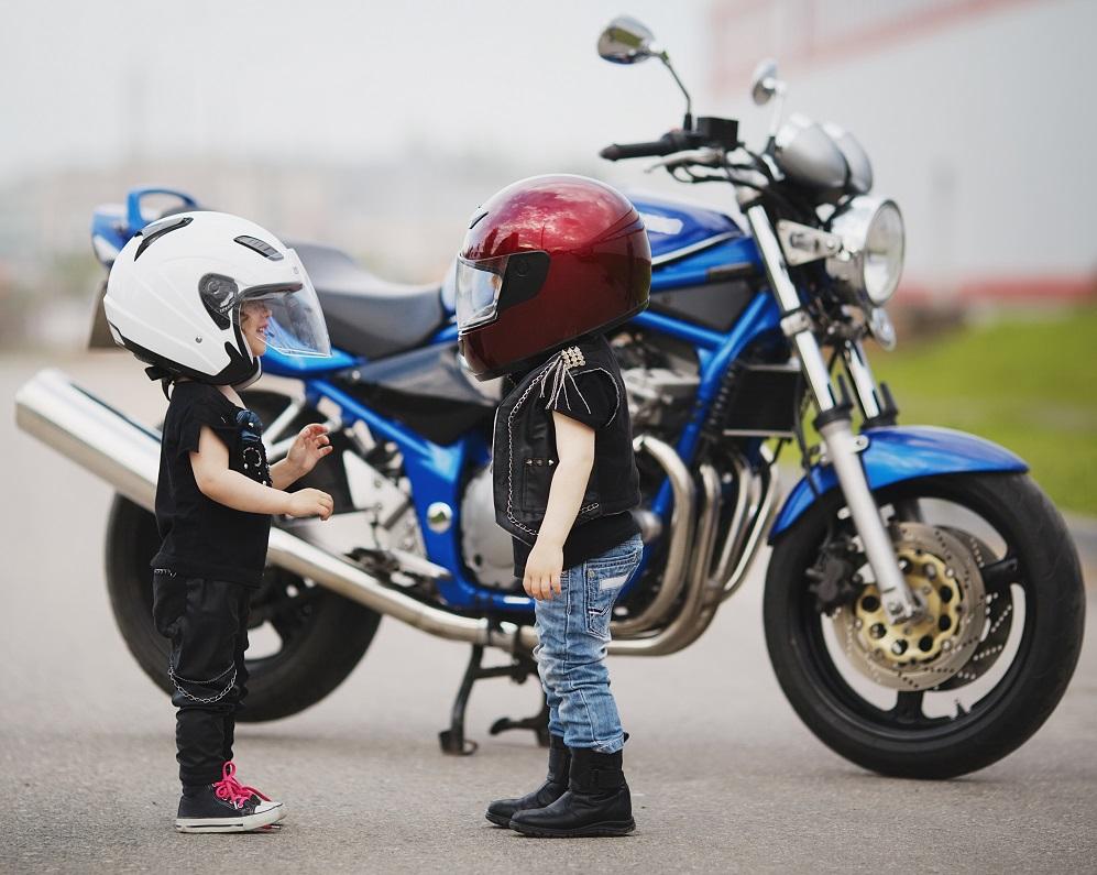 z dzieckiem na motocyklu